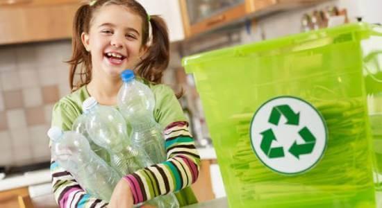 uśmiechnięta dziewczynka z butelkami pet
