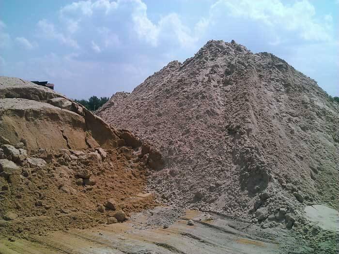 góra piasku obok drugiej iniebieskie niebo