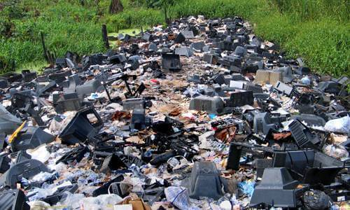 wysypisko śmieci na zielonym terenie
